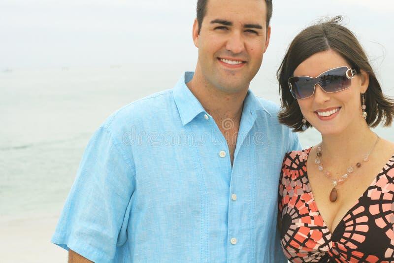 Giovani coppie splendide alla spiaggia fotografie stock libere da diritti