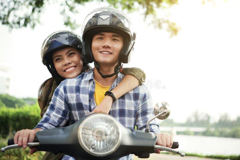 Giovani coppie sulla bici immagine stock