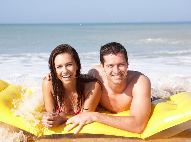 Giovani coppie sulla festa della spiaggia fotografia stock