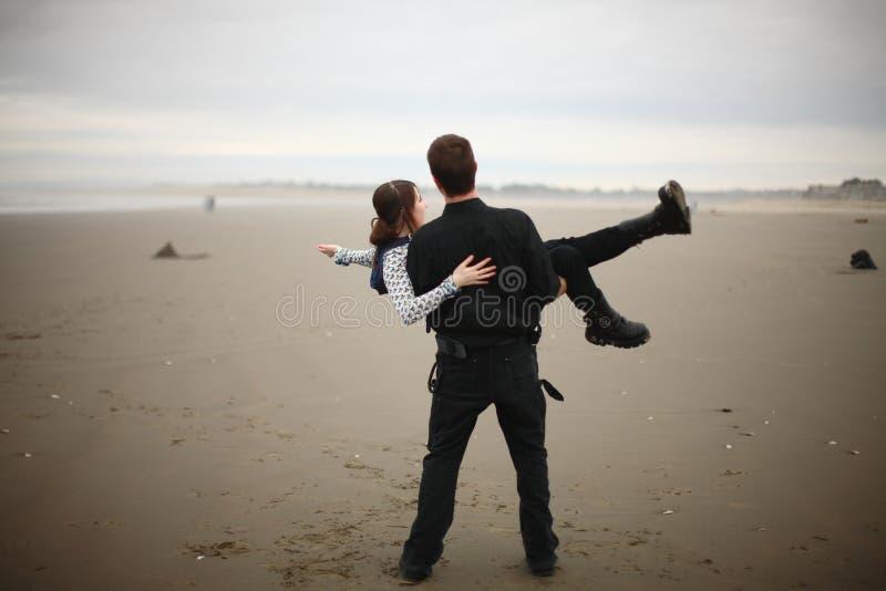 Download Giovani Coppie Sulla Spiaggia Immagine Stock - Immagine di litorale, sorridere: 7306165