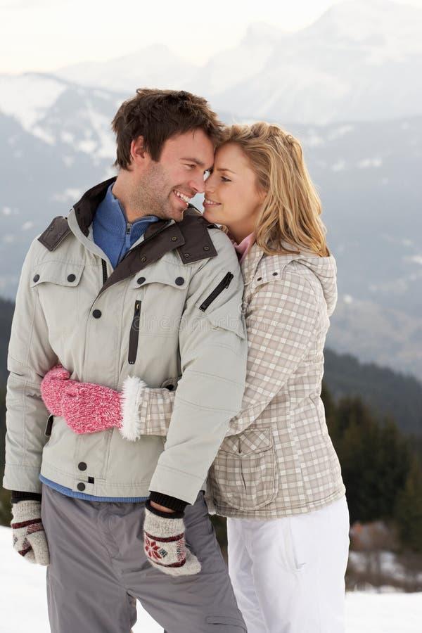 Giovani coppie sulla vacanza di inverno fotografia stock libera da diritti