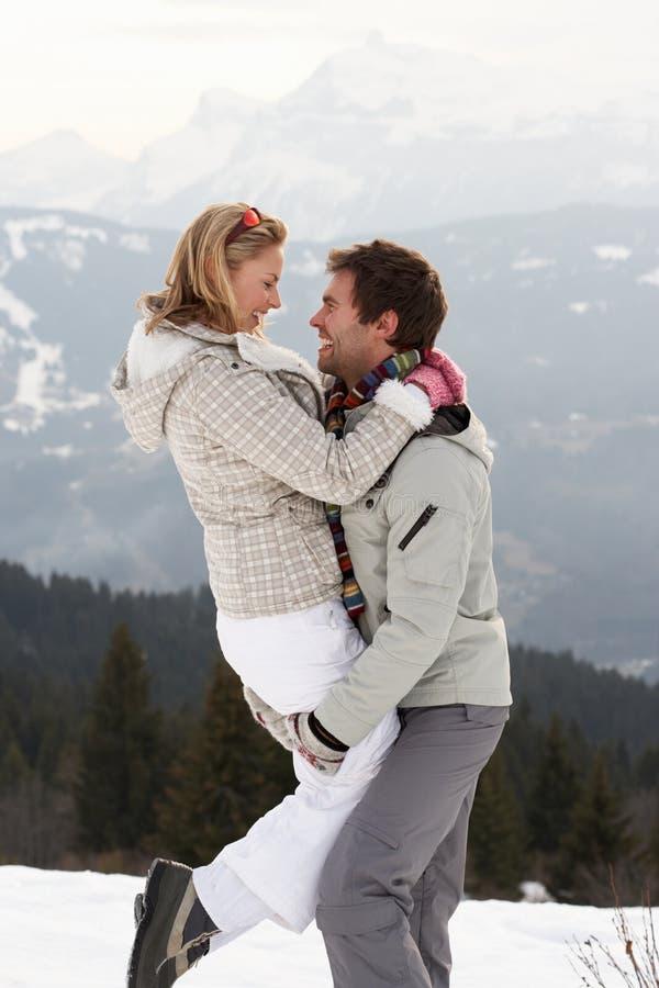 Giovani coppie sulla vacanza di inverno fotografie stock
