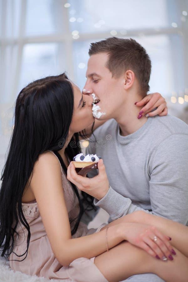 Giovani coppie sveglie nell'amore immagine stock libera da diritti