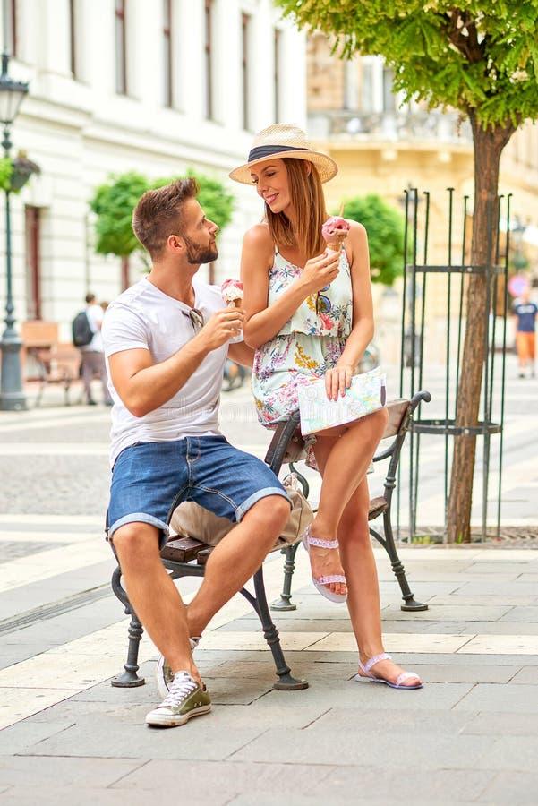 Giovani coppie turistiche con gelato fotografia stock