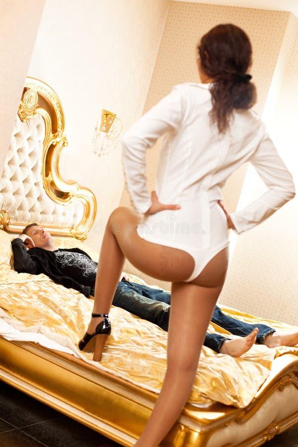 Giovani coppie in una camera da letto fotografia stock libera da diritti