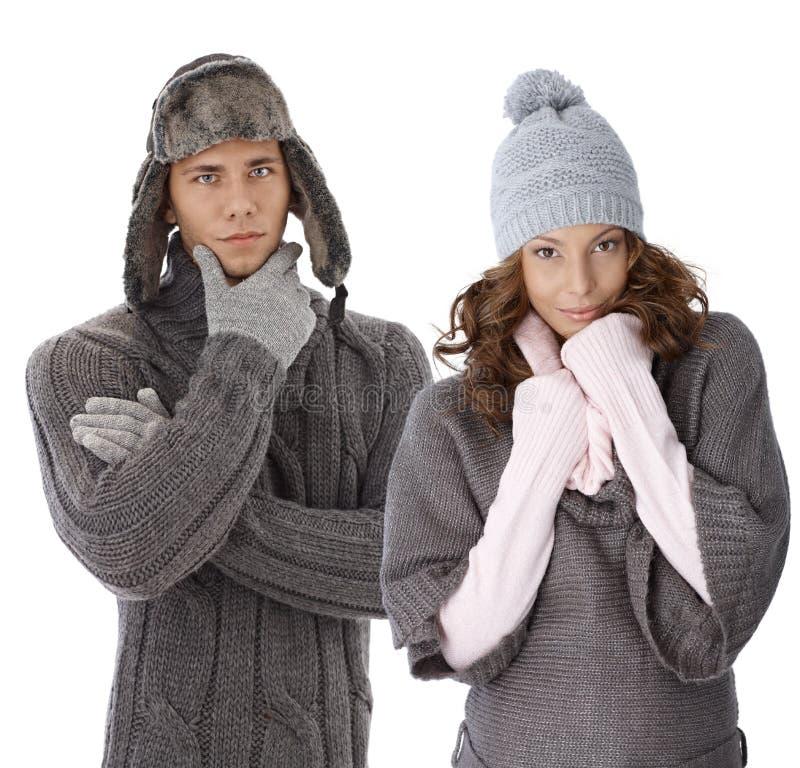 Giovani coppie in vestiti caldi immagine stock libera da diritti
