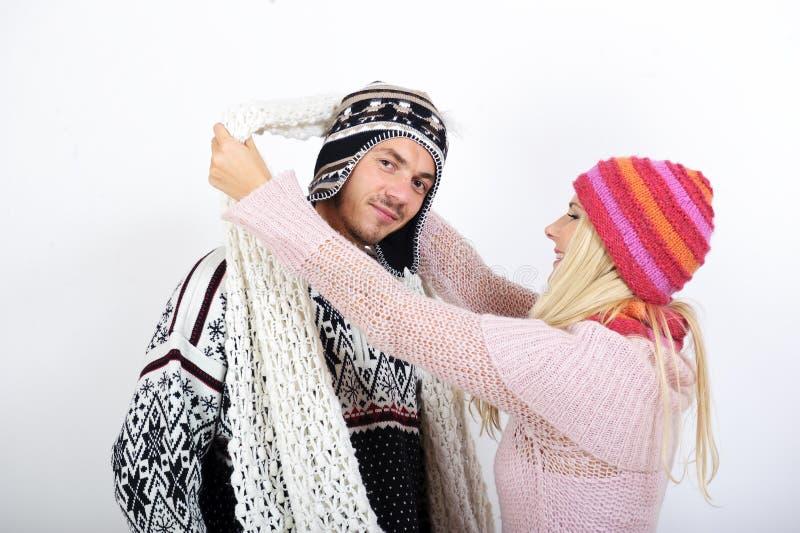 Giovani coppie in vestiti di inverno che hanno divertimento fotografia stock libera da diritti