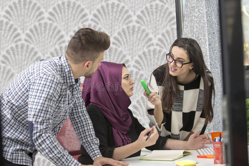 Giovani creativi della giovane impresa sulla riunione all'ufficio moderno che fa i piani ed i progetti fotografie stock libere da diritti