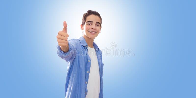 Giovani da adattare isolato in blu fotografia stock libera da diritti