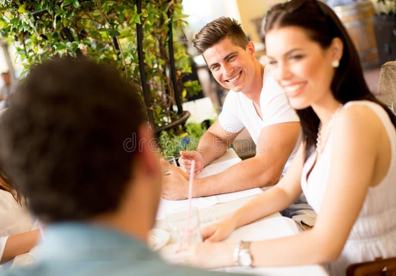 Download Giovani dalla tavola immagine stock. Immagine di felicità - 55361105