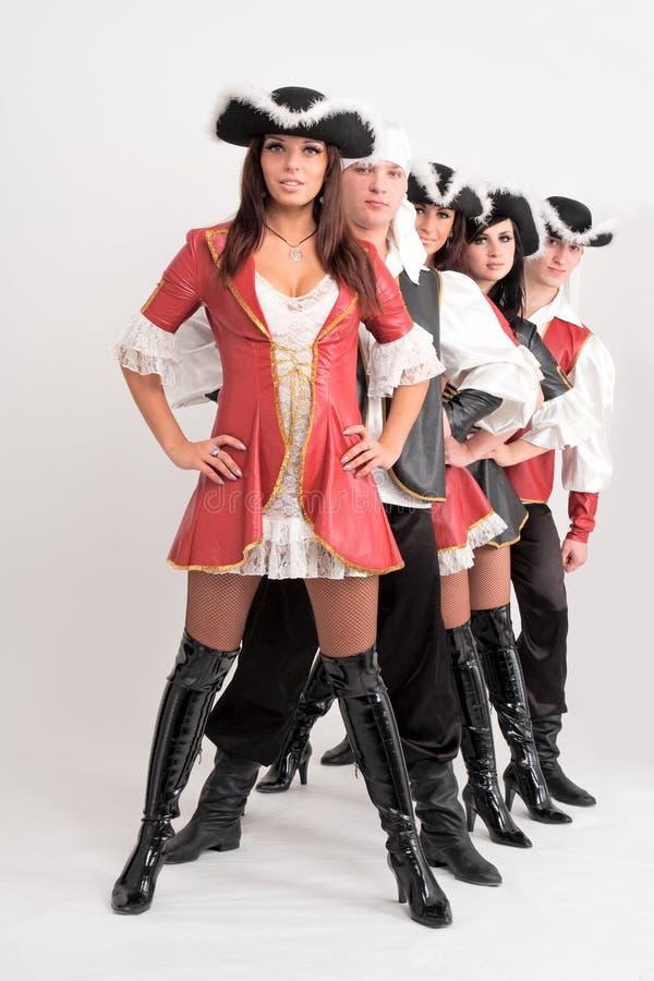 Giovani danzatori in costumi del pirata fotografia stock