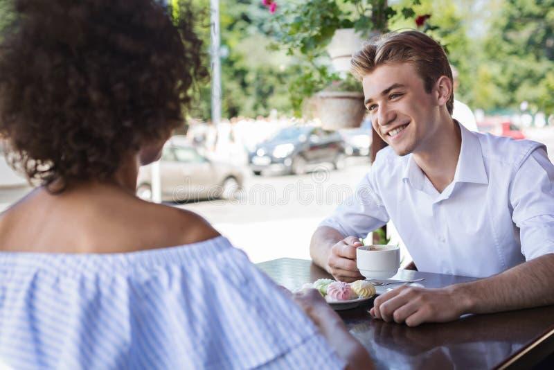 Giovani datazione della donna e dell'uomo e spendere tempo allegri insieme immagini stock