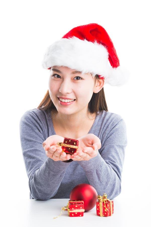 Giovani decorazioni asiatiche di Natale della tenuta della donna nelle mani fotografia stock libera da diritti