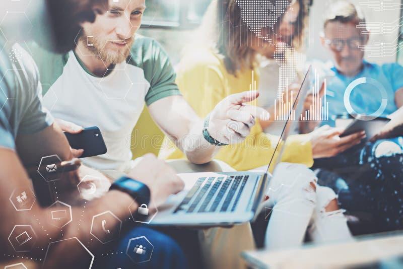 Giovani degli imprenditori che lavorano all'ufficio moderno Il concetto del diagramma digitale, grafico collega, schermo virtuale immagini stock