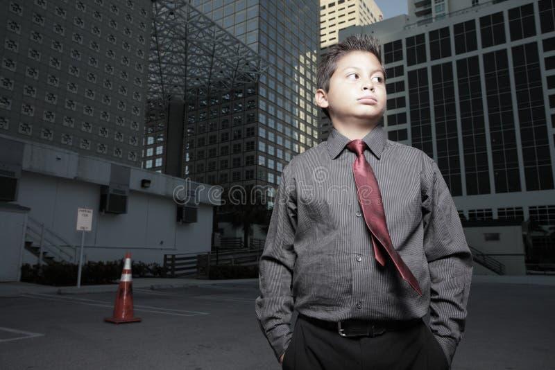 giovani del bambino dell'uomo d'affari in città fotografia stock libera da diritti