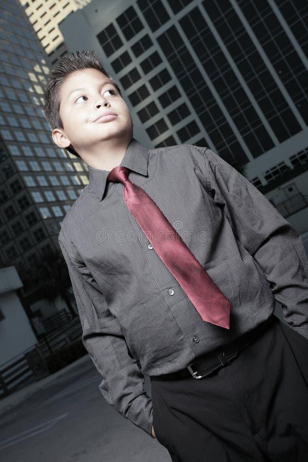 giovani del bambino dell'uomo d'affari in città fotografia stock