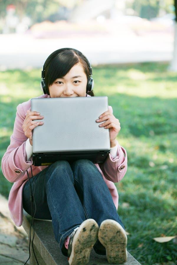 giovani del computer portatile della ragazza fotografia stock