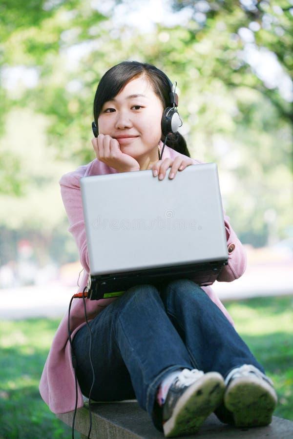 giovani del computer portatile della ragazza immagini stock