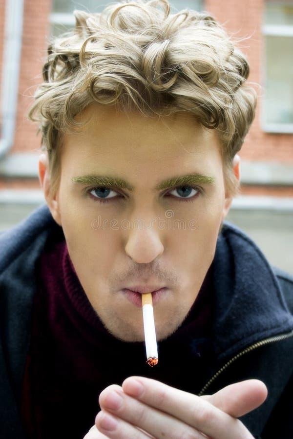 giovani dell'uomo della sigaretta fotografia stock
