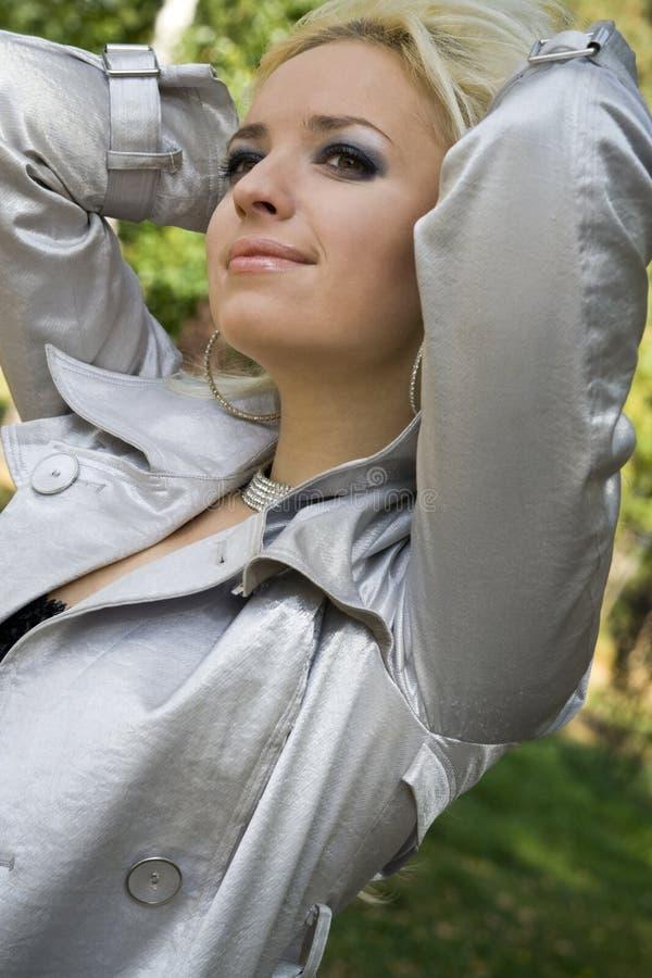giovani della donna degli alberi di sorrisi del blonde della priorità bassa fotografia stock libera da diritti