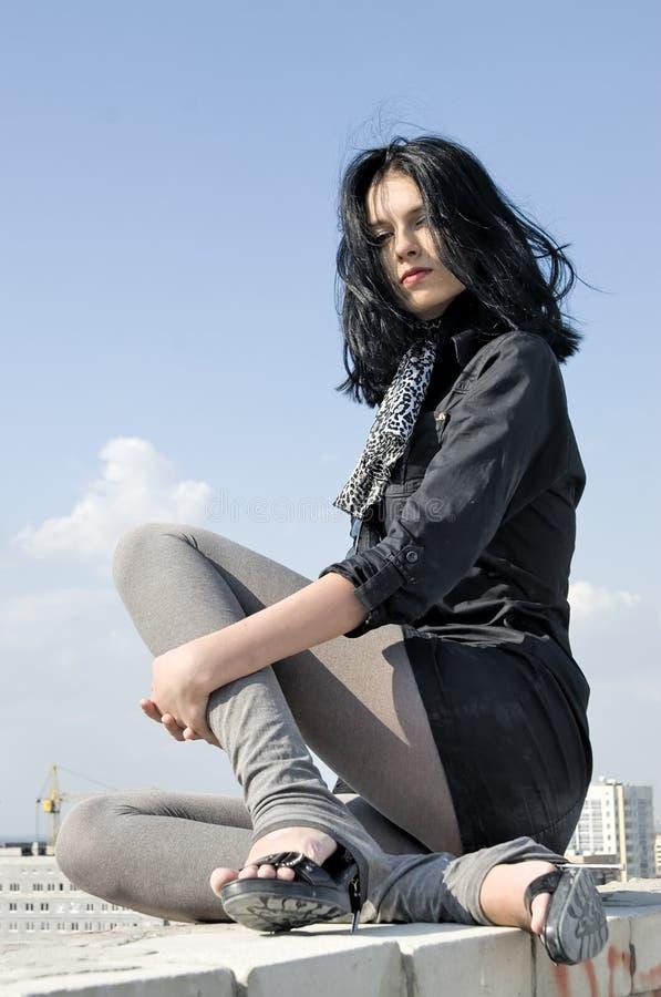 giovani della donna del tetto immagini stock libere da diritti