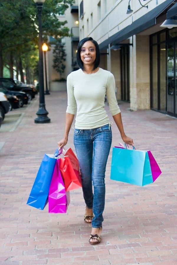 giovani della donna di acquisto immagine stock