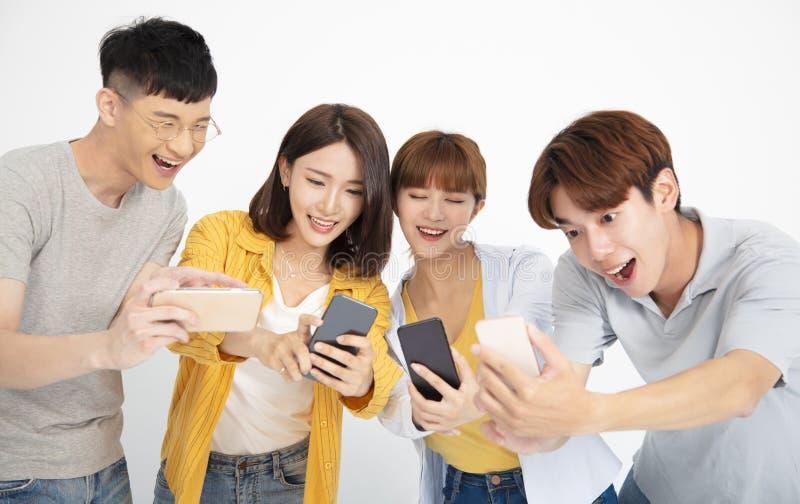 giovani dello studente che guardano gli smartphones fotografia stock libera da diritti