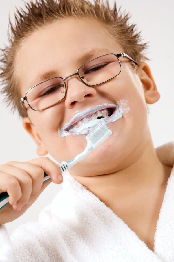 Giovani denti di pulizia del ragazzo
