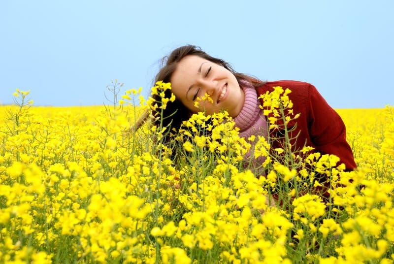 giovani di colore giallo della ragazza di fiori immagini stock