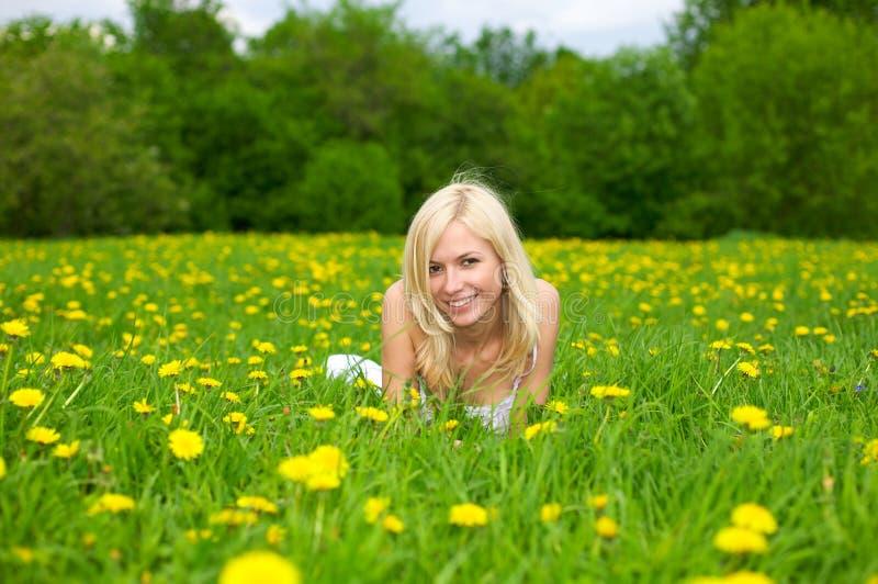 giovani di distensione della donna del prato verde fotografia stock