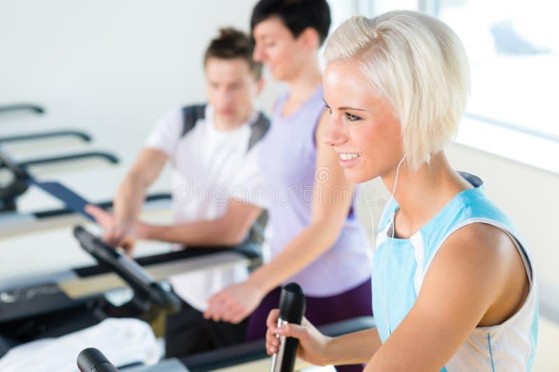 Giovani di forma fisica sul cardio allenamento della pedana mobile fotografia stock