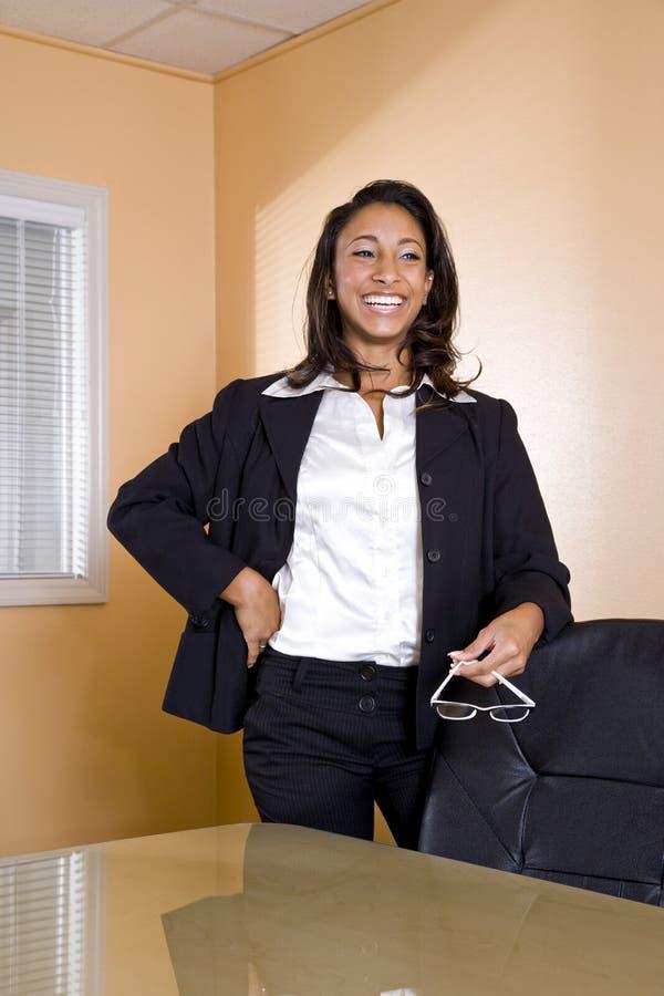 giovani di risata della donna dell'ufficio dell'afroamericano fotografie stock libere da diritti