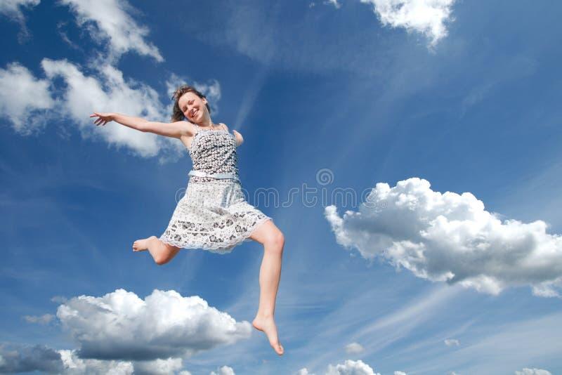 giovani di salto del cielo della ragazza immagini stock libere da diritti