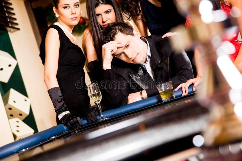 Giovani dietro la tabella delle roulette fotografie stock libere da diritti