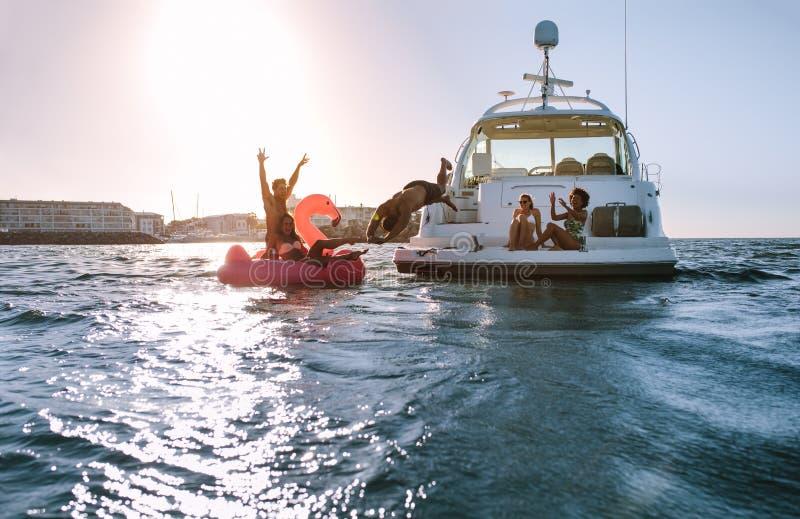 Giovani divertendosi sulle loro vacanze estive fotografia stock