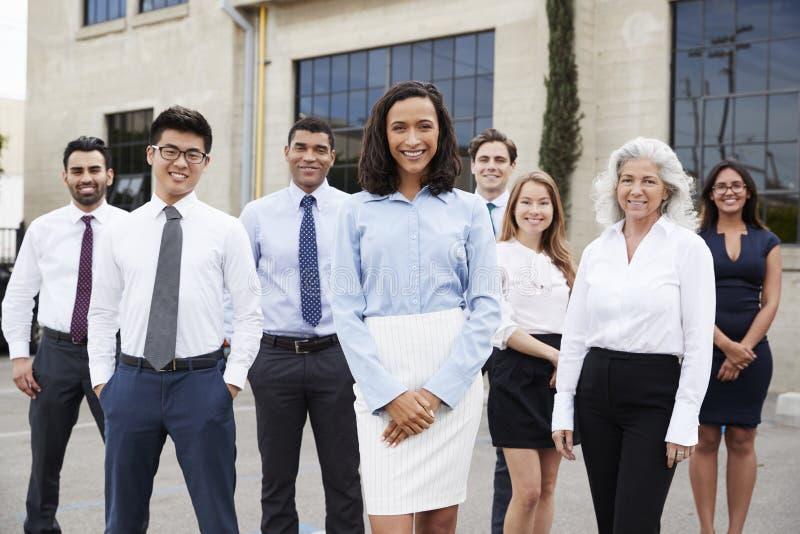 Giovani donna di affari e colleghi all'aperto, ritratto immagine stock