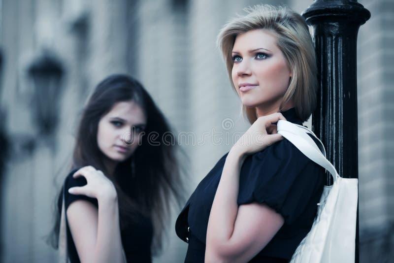 Giovani donne al lamppost immagini stock
