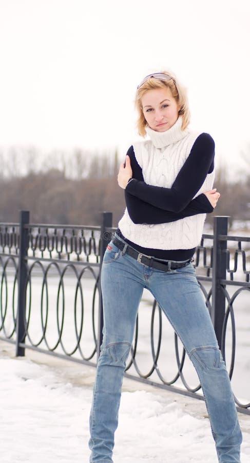 Giovani donne bionde contro una priorità bassa di neve immagini stock