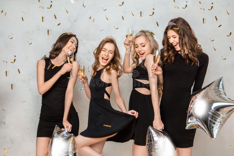 Giovani donne che celebrano insieme addio al nubilato isolato su bianco fotografia stock