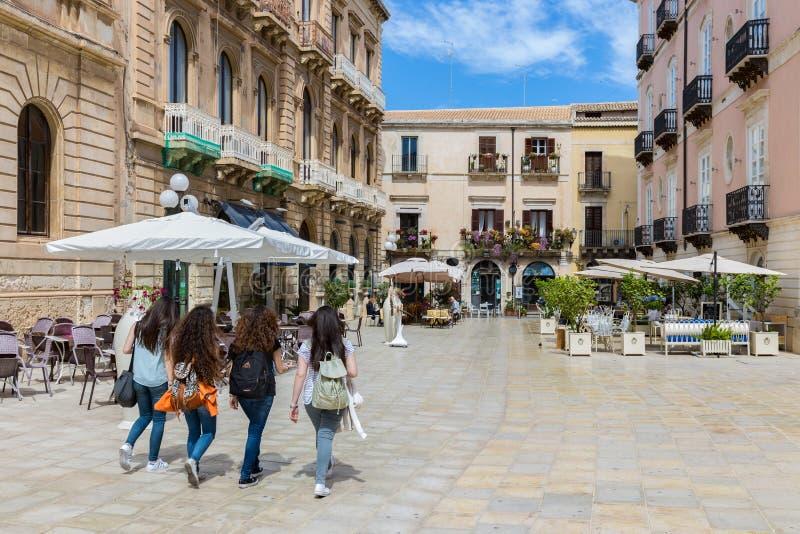 Giovani donne che comperano in Syracusa all'isola Sicilia, Italia fotografia stock libera da diritti