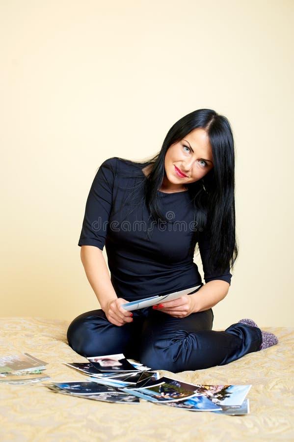 Giovani donne che esaminano le foto immagine stock