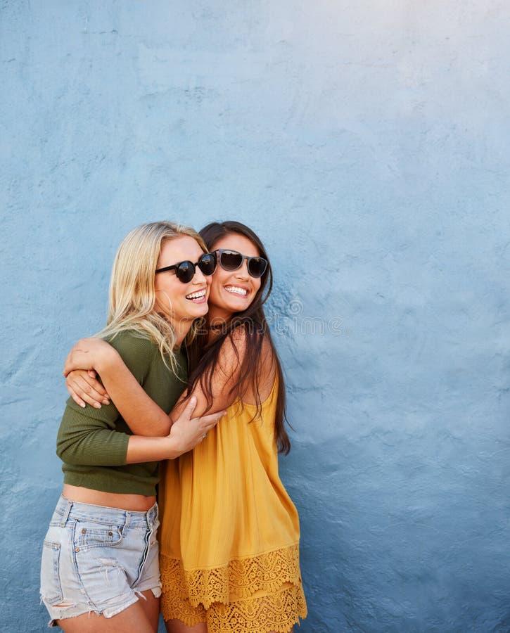 Giovani donne che hanno grande tempo insieme fotografie stock