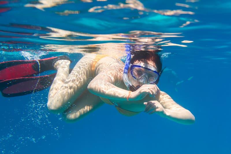 Giovani Donne Che Navigano Usando Una Presa D Aria Nel Mare Fotografia Stock