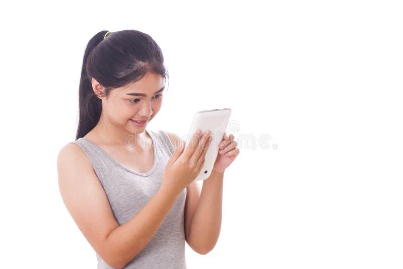 Giovani donne che per mezzo del pc della compressa immagine stock