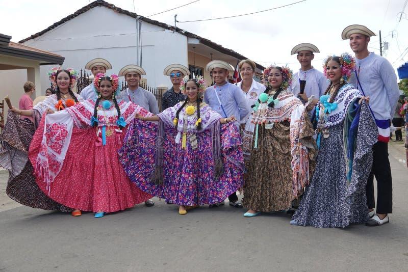 Giovani donne che portano vestito tradizionale durante la festa dell'indipendenza nel Panama fotografie stock libere da diritti