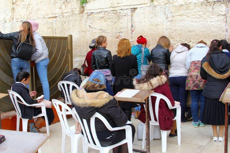 Giovani donne che pregano la parete di Wester di culto, Gerusalemme fotografie stock