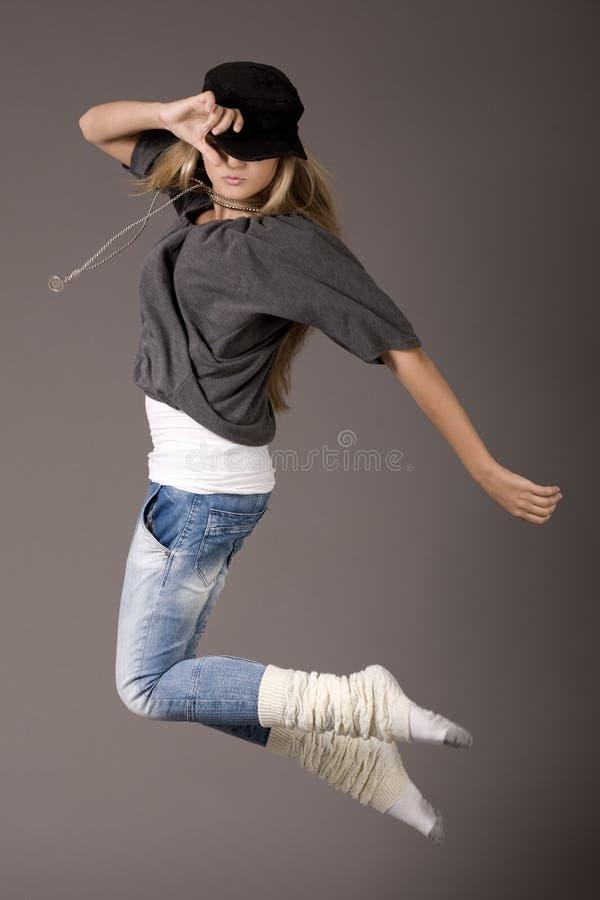 Giovani donne che saltano durante il suo ballo immagini stock libere da diritti