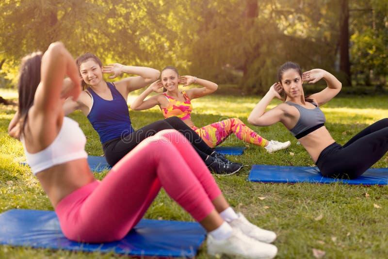 Giovani donne che si esercitano in natura immagine stock