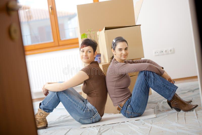 Giovani donne che si muovono a casa fotografia stock