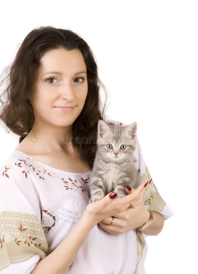Giovani donne con il gattino grigio fotografie stock libere da diritti